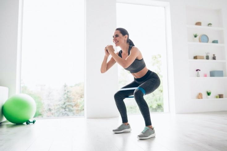 Как тренироваться дома с фитнес-резинкой? Упражнения на ноги и ягодицы для девушек, видео - Чемпионат